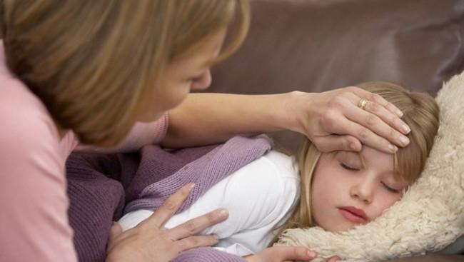 Tìm cách hạ thân nhiệt của trẻ bằng bất cứ biện pháp nào.