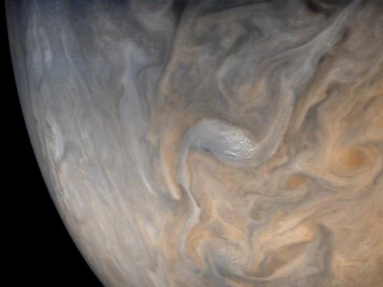 Một cơn bão xoắn với chiều quay ngược lại so với những cơn bão khác ở xung quanh tại vòng cực bắc của Sao Mộc.