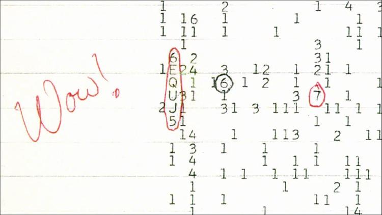 """Tiến sĩ Jerry Ehman viết chữ """"Wow!"""" cạnh bản in tín hiệu nghi do người ngoài hành tinh phát ra."""