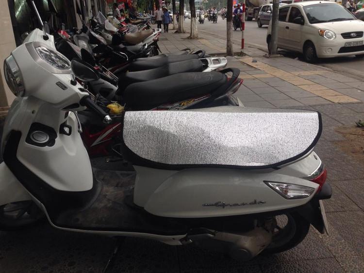 Nên sử dụng các tấm che chuyên dụng để bảo vệ yên xe khỏi nắng nóng.