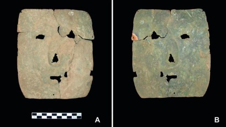 Mặt trước (bên trái) và mặt sau (bên phải) của chiếc mặt nạ.