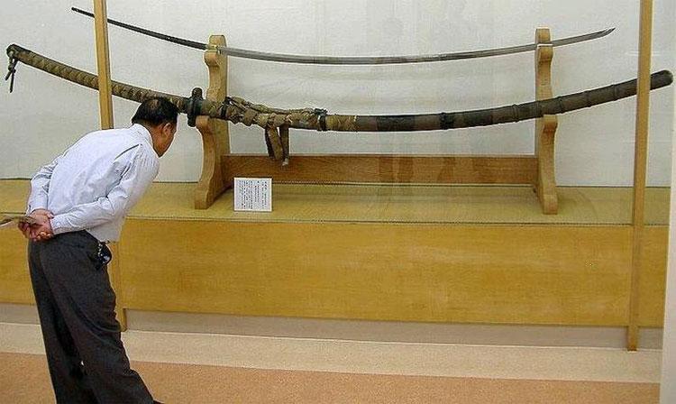 Khách tham quan tìm hiểu về thanh kiếm khổng lồ Norimitsu Odachi.