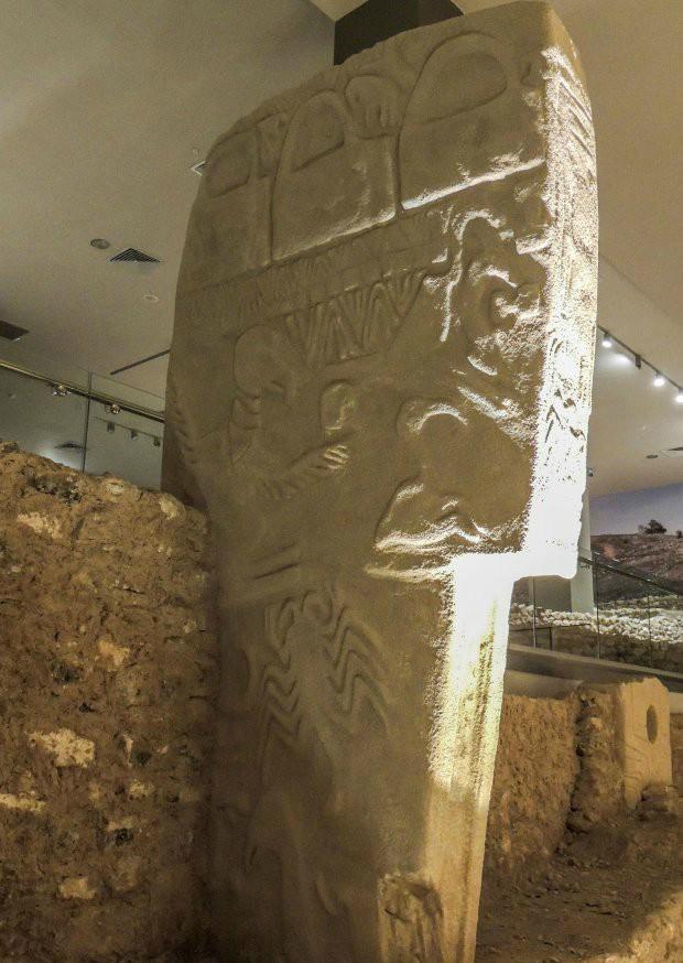 Hình khắc tái hiện cảnh sao chổi đâm xuống Trái Đất trên cột đá Vulture.