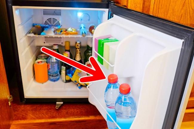 Hãy chú ý kiểm tra chai nước trong tủ để không bị mất tiền oan.