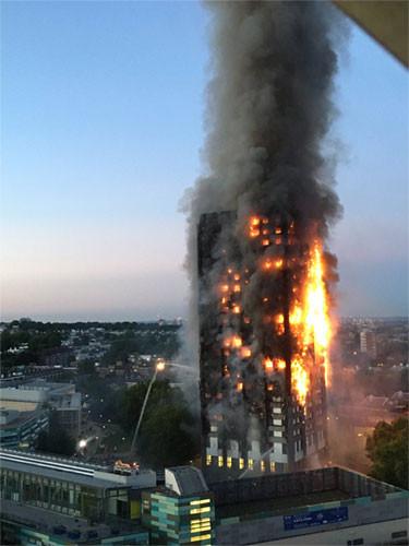 Tòa tháp 27 tầng bốc cháy ở London.