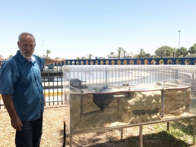 Ông Gal Shoham, kỹ sư của công ty Mekorot, giới thiệu hệ thống bể gạn (clarifier).