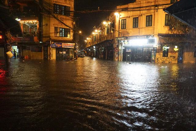 Tại ngã tư Lương Ngọc Quyến - Tạ Hiện là nơi nhộn nhịp về đêm nhưng vì mưa lớn kéo dài, hàng quán tạm thời đóng cửa khi mới 19h.
