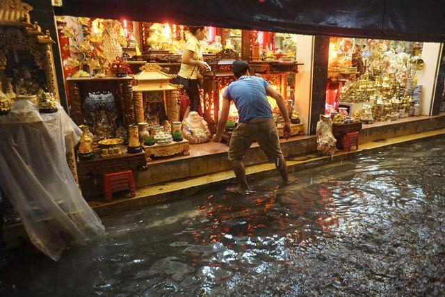 Nhiều chủ cửa hàng lo lắng khi cơn mưa quá lớn có thể dâng nước gây hư hỏng hàng hóa tại phố Hàng Quạt.