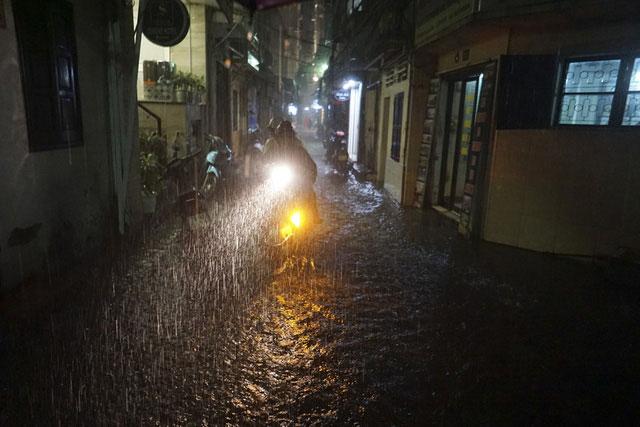 Đến 23h, mưa vẫn không ngừng rơi tại ngõ Yên Thái.