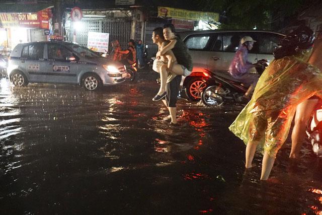 Cảnh đi lại khó khăn khi các con phố ngập sâu trong nước.