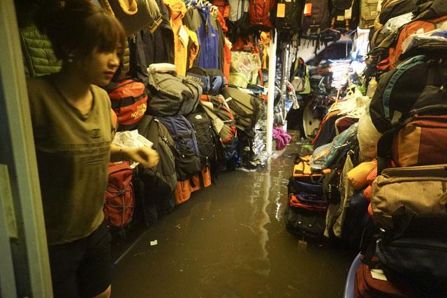 Nước tràn vào một cửa hàng bán quần áo.