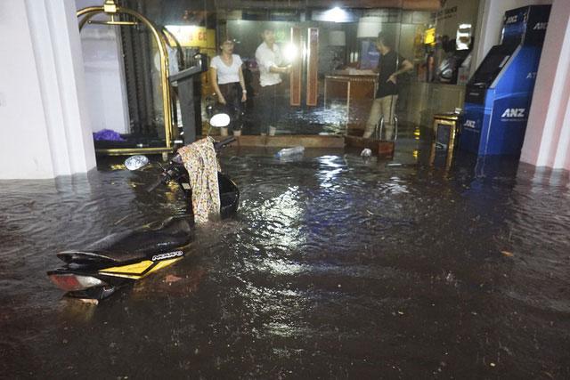 Ngập sâu ngang thân xe trước cửa một khách sạn phố Tạ Hiện.