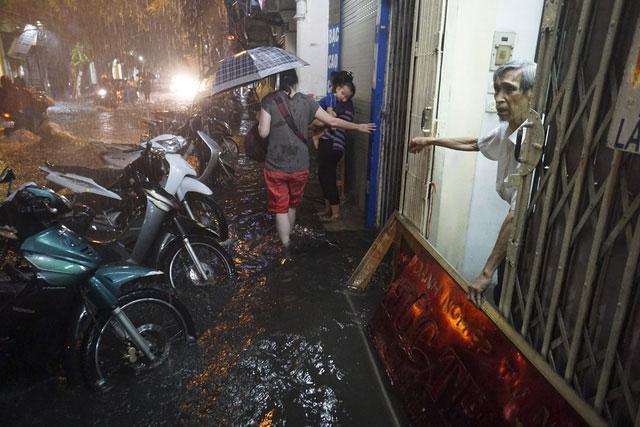 Nước ngập sâu tràn vào toàn bộ tầng một những ngôi nhà trên phố.