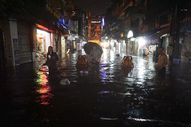 Phố Đinh Liệt ngập nặng, nhiều nơi sâu tới 80cm.