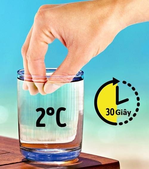 Nhúng các ngón tay vào một cốc nước lanh trong vòng 30 giây rồi nhấc ra.