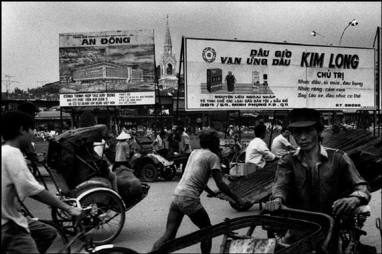 Trên đường Lê Quang Sung, phía xa là tháp chuông nhà thờ Cha Tam