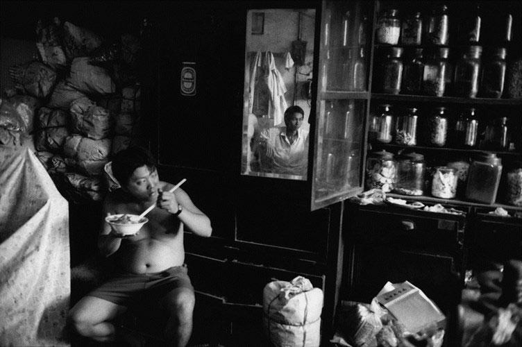 Bên trong một nhà thuốc Đông Y của một gia đình người Hoa ở Chợ Lớn.