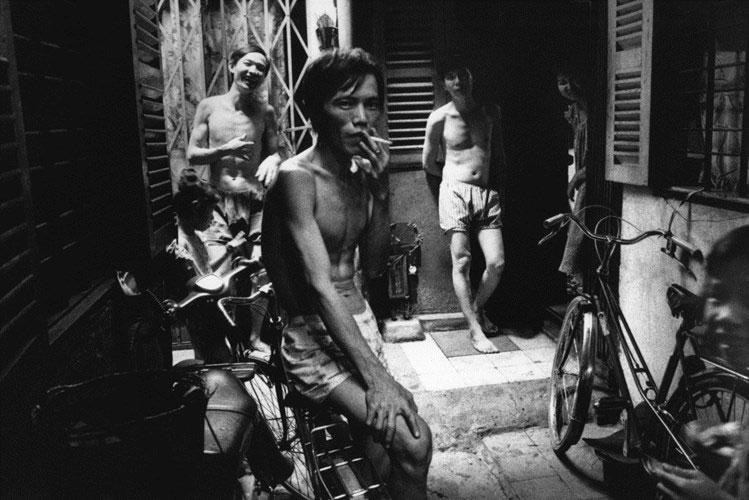 Các thanh niên trong một ngõ hẻm ở Chợ Lớn.