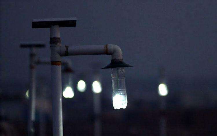 Bóng đèn chai nhựa ban đêm có thể phát sáng trong 10 tiếng.