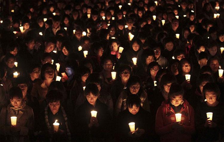 Các bậc phụ huynh thắp nến trong đêm, cầu nguyện cho con em họ sẽ thi đỗ vào đại học
