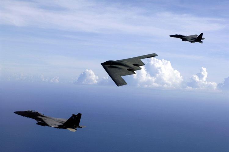 2 chiến cơ yểm trợ máy bay ném bom.