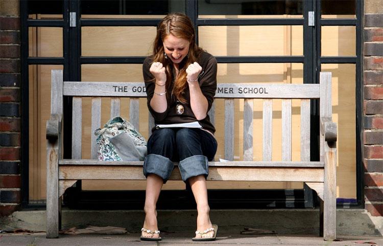 Emma Donne, một học sinh ở Trường Godolphin & Latymer tỏ ra vui sướng khi được điểm A tại Hammersmith,