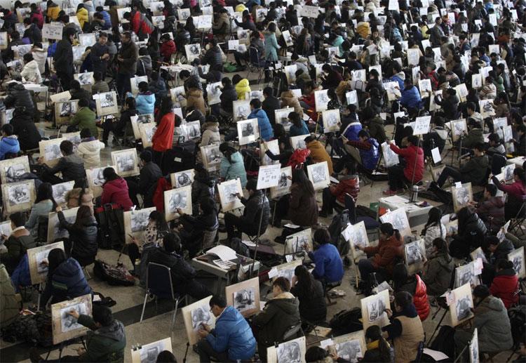 Học sinh vẽ phác hoạ trong một kỳ thi tuyển sinh vào Đại học mỹ thuật ở Tế Nam, tỉnh Sơn Đông vào hôm 10/2/2014.