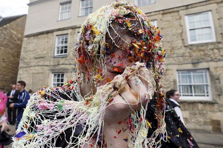 Sinh viên trường Đại học Oxford thường ném rác vào nhau sau khi kết thúc kỳ thi.