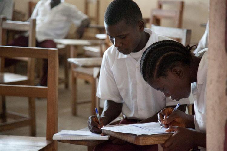 Học sinh đến Trường cấp ba Cestos để tham dự kỳ thi cuối năm.