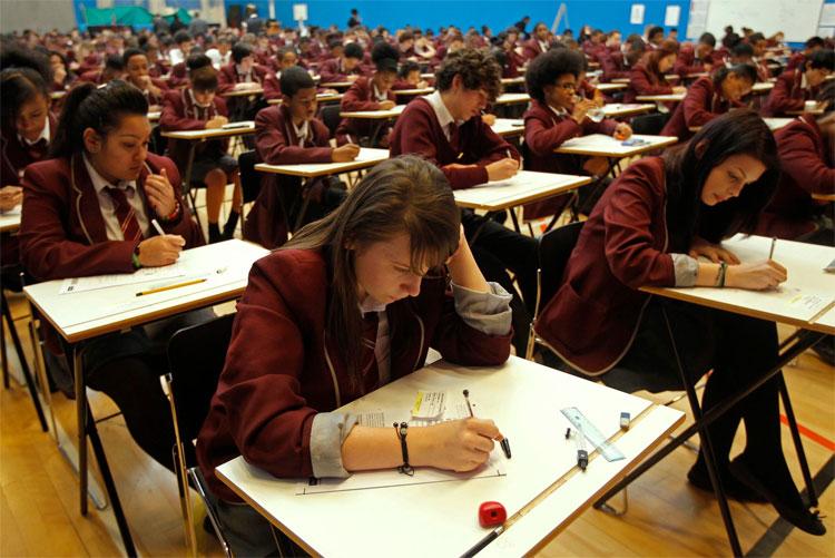 Học sinh chuẩn bị bước vào bài kiểm tra môn toán tại Học viện Harris ở Đông Nam London