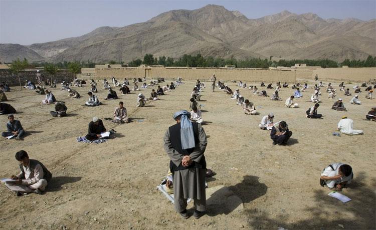 Một giáo viên người Afghanistan đứng trước mặt học sinh trong buổi kiểm tra cuối năm