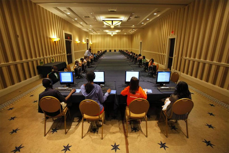 Thí sinh tham dự kỳ thi Đánh vần Quốc gia ngồi trước máy tính ở Oxon Hill, Maryland vào ngày 29-5-2012.