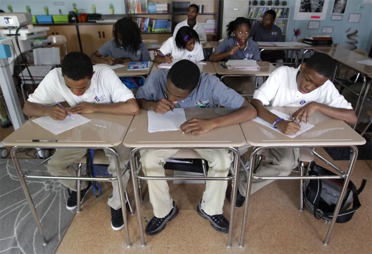 Các sinh viên đang làm bài trong một lớp học tại Học viện tìm hiểu ngành nghề tại Baltimore.