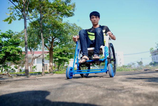 """Nguyễn Mạnh Hùng ngồi trên xe lăn """"biểu diễn"""" một vòng"""