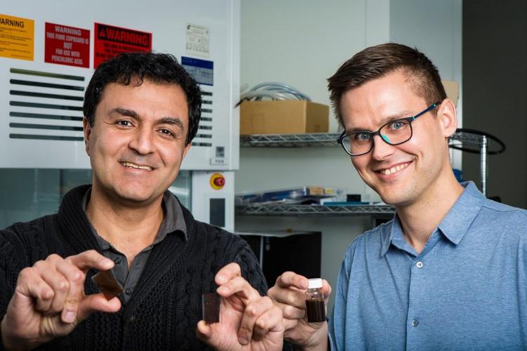 Tiến sỹ Torben Daeneke (phải) và Giáo sư Kourosh Kalantar-zadeh
