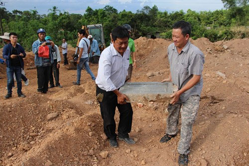 Ban trị sự Nguyễn Phước Tộc di chuyển bia đá lên nơi được cho là huyệt mộ.