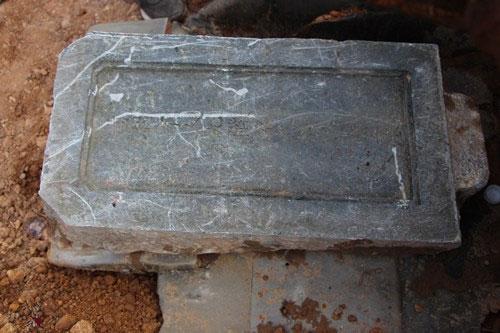 Tấm bia đá ghi tên, chức tước một bà vợ vua triều Nguyễn.