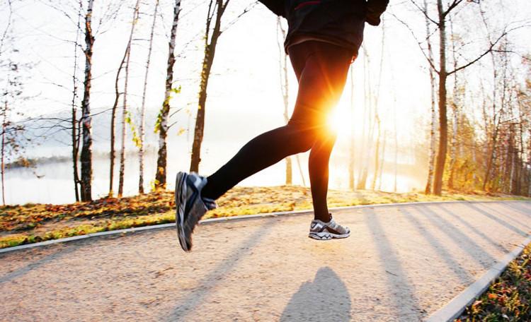 Hãy kết hợp với việc đi bộ trong buổi tập chạy.