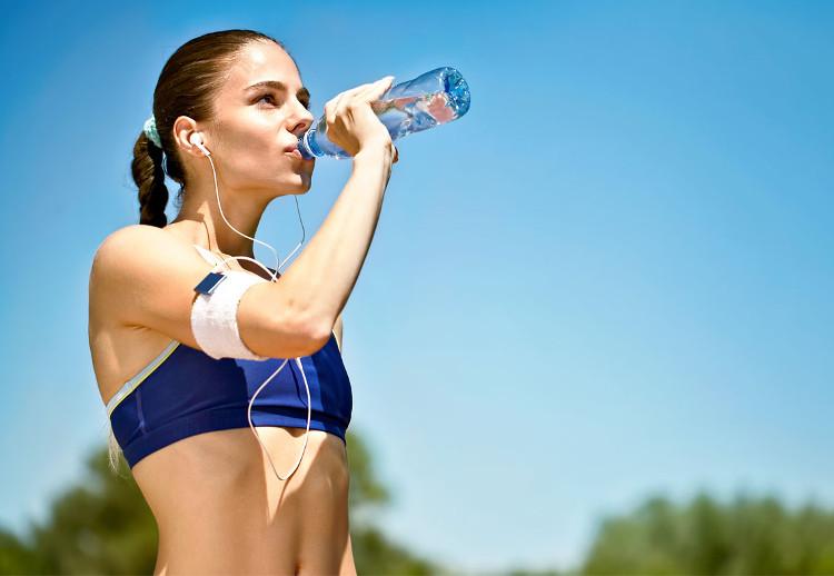 Hãy uống nước trước, trong và sau khi chạy.