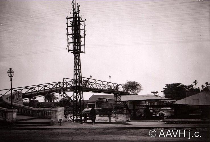 Cầu Xóm Chỉ với trụ điện tín ở đầu cầu, 1924.