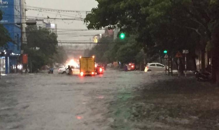 Mưa lớn gây ngập nhiều tuyến đường chính trên địa bàn thành phố Thái Nguyên.
