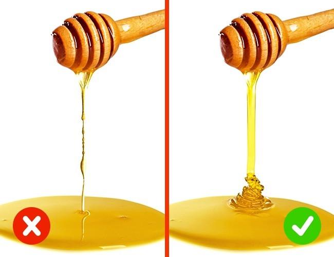Mật ong thật sẽ tạo thành một dòng chảy nhỏ còn mật ong giả sẽ nhỏ từng giọt.