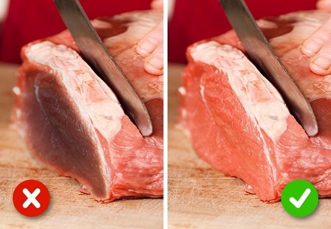 Thịt tươi không để lại quá nhiều độ ẩm và máu trên khăn.