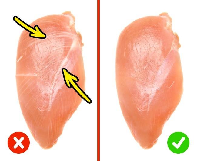 Bạn nên chọn thịt gà có màu hồng và không quá mềm.
