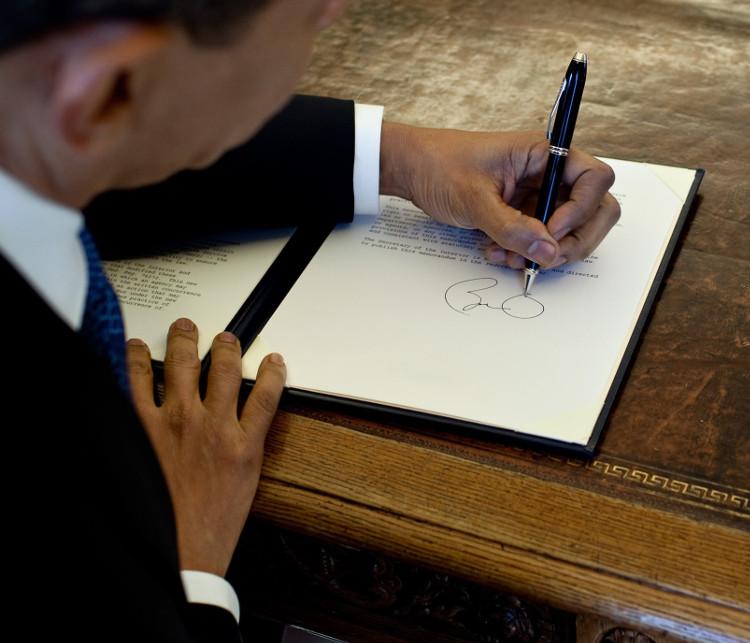 Đâu có cô giáo nào bắt Obama phải dùng tay phải để ký đâu!