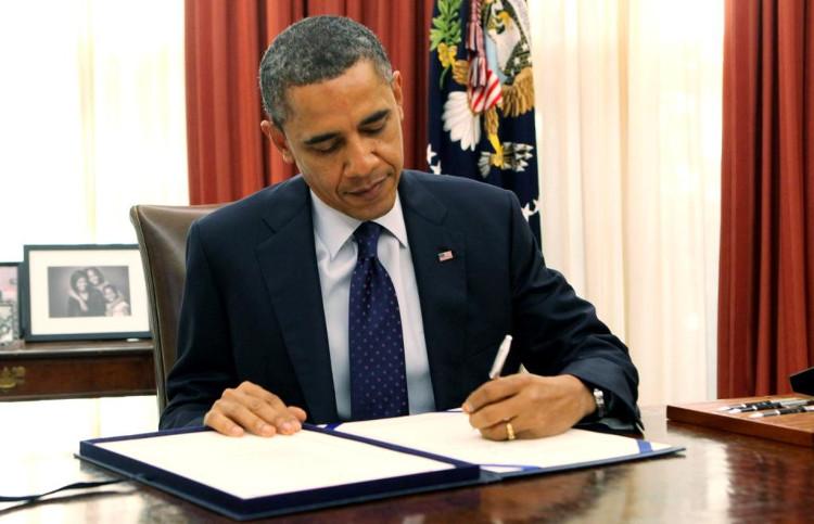 Ông Obama sử dụng tay trái để ký.