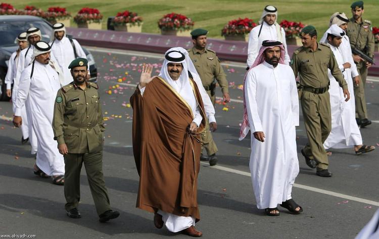 Cựu vương Qatar Hamad bin Khalifa Al Thani (giữa).