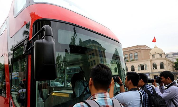 Xe buýt 2 tầng thu hút sự chú ý của rất nhiều người khi xuất hiện.