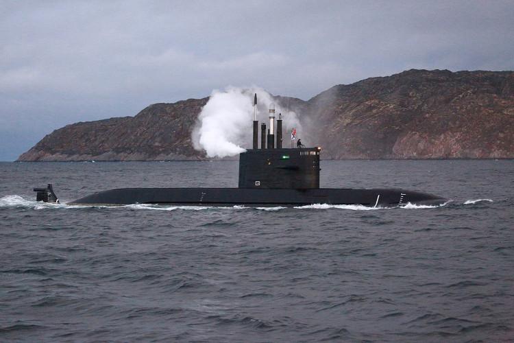 Tàu ngầm Lada Nga phụt khói khi thử nghiệm.