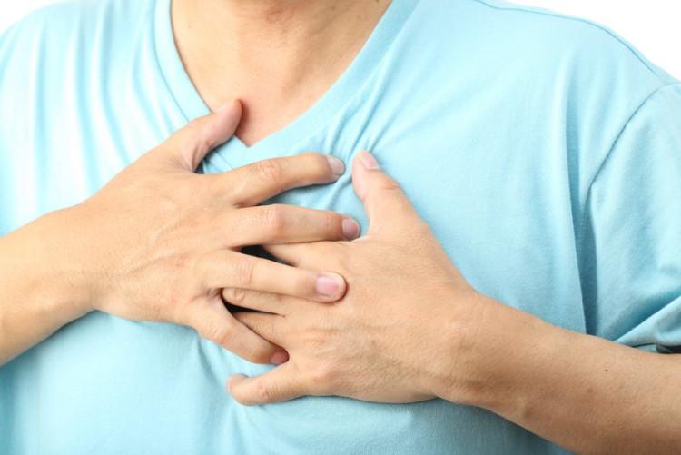 Triệu chứng tràn dịch màng phổi thường gặp là đau ngực, khó thở, ho.